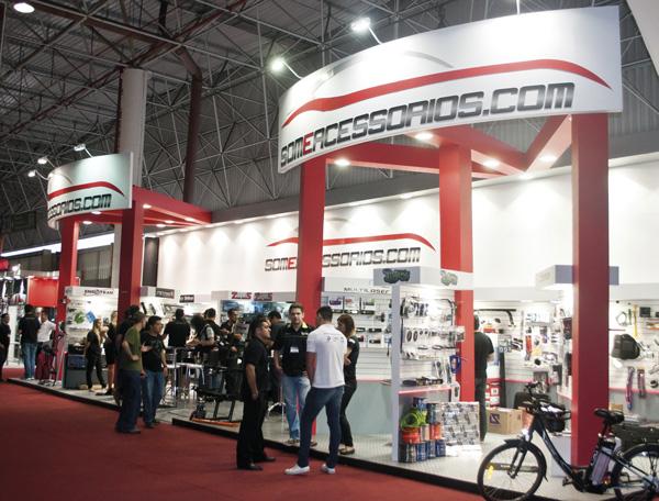 Um dos estandes de maior movimento na AutoEsporte Expo Show foi o do mais novo portal de e-commerce do setor automotivo, o SOM E ACESSÓRIOS. Lançado na própria feira, contou com a parceria de várias empresas do setor, que expuseram seus produtos e lançamentos no estande.