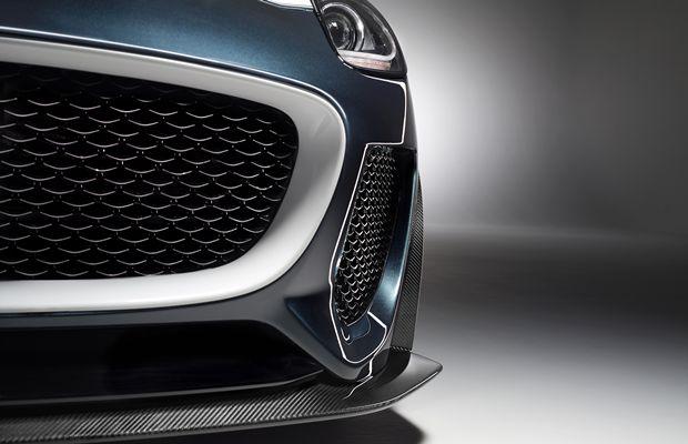 Na entrada de ar frontal, o detalhe das cores contrastantes  do Jaguar F-Type Project 7 embra que o modelo é atual