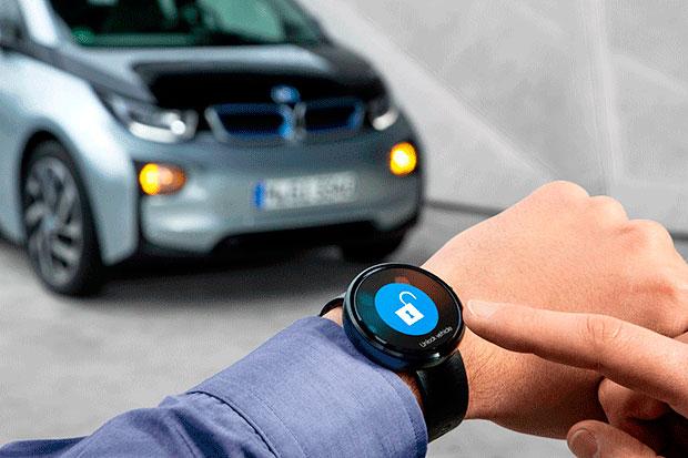 Relógio com aplicativo que permite controle de funções de veículos exibido na feira CES 2015