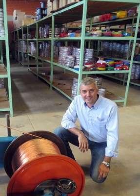Ocimar Garcia, diretor da Permak, junto a uma das máquinas de produção de cabos automotivos da empresa