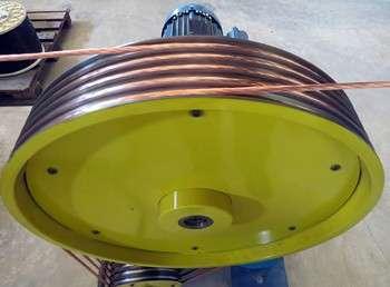 Uma das máquinas usadas na Permak para produção de cabos para som automotivo