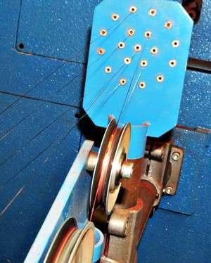 Fios de cobre entram na máquina que os enrolará como cabos na Permak