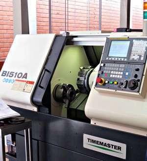 Uma das modernas máquinas CNC da Permak, usadas para produção de alto-falantes automotivos