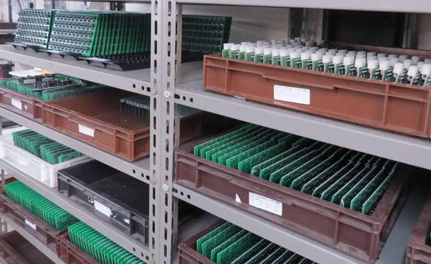 Estoque de placas eletrônicas na Tury Acessórios, fabricante de acessórios automotivos