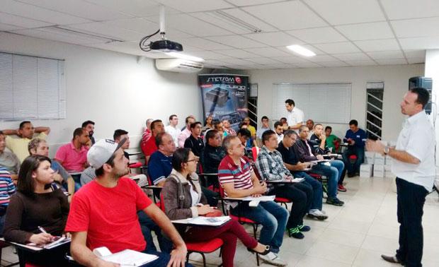 Serginho e a platéia do workshop da Stetsom amplificadores na distribuidora de som e acessórios Danfab