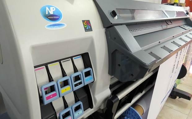 Impressora no parque industrial da NP Adesivos, fabricante de acessórios automotivos