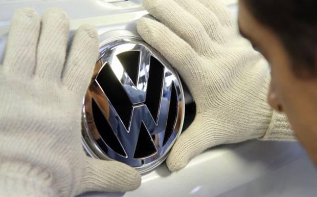 Afixando emblema em carro Volkswagen