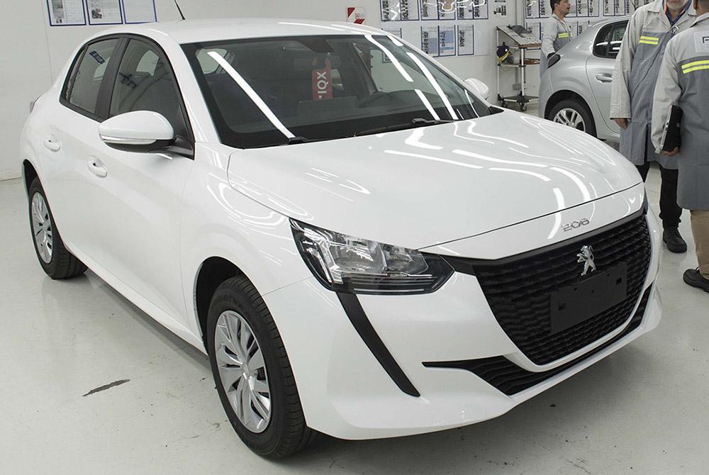 Peugeot 208 terá versões básicas sem rodas, DRL ou multimídia: conheça