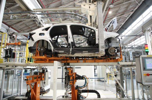 Segundo Anfavea, a produção de carros se manteve estável, mas falta de semicondutores atrapalha