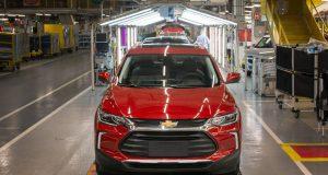 Chevrolet Tracker e Onix voltam a ser produzidos em dois turnos